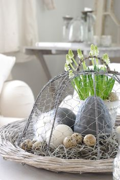 Easter - Lovely idea for your Easter table Centre piece. Maybe replace the eggs with some Lindor truffle eggs for that ultimate indulgence Bebe'! Great Easter or Spring Centerpiece! Hoppy Easter, Easter Bunny, Easter Eggs, Diy Ostern, Easter Parade, Easter Holidays, Easter Table, Vintage Easter, Easter Crafts