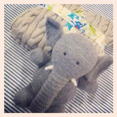 Baby shower gift: DIY cable knit baby blanket and DIY elephant toy!