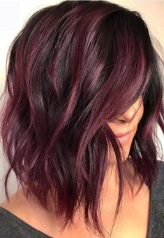 The long bob or lob is one of the most popular hair colors among women since last many years. We've compiled these amazing hair color ideas in this post for elegant and cute look. Wear these amazing bob hairstyles with various bob hair color highlights Pelo Color Vino, Pelo Color Borgoña, Hair Color Highlights, Hair Color Balayage, Burgundy Highlights, Burgundy Balayage, Copper Highlights, Peekaboo Highlights, Balayage Bob