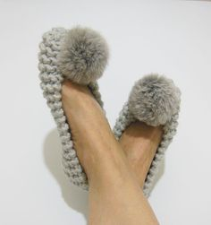 Shop Women's Nenaknit Gray size 8 Slippers at a discounted price at Poshmark. Description: Have been worn, soles are dirty (see photo), non-slip, real rabbit fur pom pom. Knitted Slippers, Crochet Sandals, Crochet Shoes, Laine Chunky, Chunky Wool, Chunky Crochet, Faux Fur Pom Pom, Pointed Toe Flats, Shoes