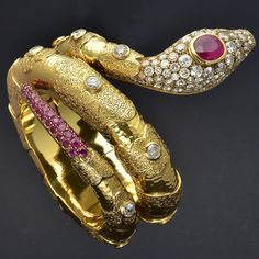 ✨✨ In 1866, the venerable #venetianjeweler #casacodognato opened shop in Venice at San Marco 1295. Having remained in the family, #codognato does business today at the very same address under the artful direction of #attiliocodognato. Having designed and made #serpentine jewels glittering with #diamonds, #rubies and other gems for the past 149 years, #codognato produces elegant and expertly crafted #snakejewelry, like this piece.  The design, high #quality stones and #craftsmanship in this…