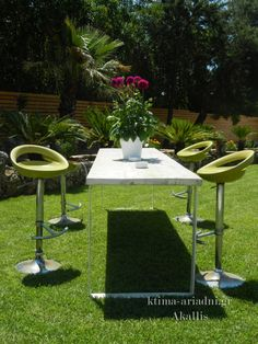 Ψηλά τραπέζια, σκαμπό, και καλοκαιρινά σαλονάκια τοποθετούνται στρατηγικά στο καταπράσινο περιβάλλον του Akallis και προσφέρονται για τις χαλαρές συζητήσεις μεταξύ των καλεσμένων όσο απολαμβάνουν το ποτό τους