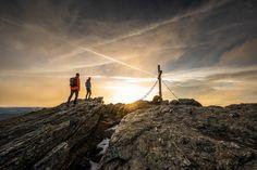 Das frühe Aufstehen lohnt sich, versprochen! Wenn die Sonne sich leicht über den Horizont bewegt beginnt ein ganz besonderes Farbenspiel und ehrlich gesagt ist kein Sonnenaufgang wie der andere. Wir begleiten Sie zu diesem wunderschönen Erlebnis 2x wöchentlich nur im ADLER INN Mountain Resort, Monument Valley, Nature, Travel, Getting Up Early, Summer Vacations, Sunrise, Eagle, Naturaleza