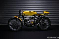 La petite dernière de chez Freeride Motos est une mignonne guêpe estampillée Bultaco, 175 Racer de son petit nom... Un mono 2 temps de compétition !