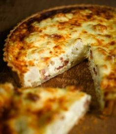 Cauliflower cheese and smoked bacon tart is delicious hot or cold, perfect for lunch, a buffet or a picnic Tart Recipes, Greek Recipes, Cooking Recipes, Cooking Time, Quiches, Omelettes, Savory Tart, Savoury Pies, Cheese Tarts