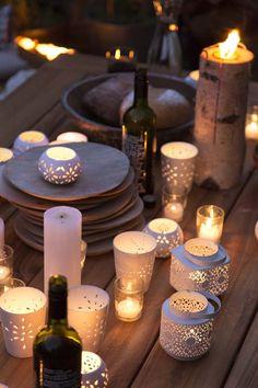 KARWEI | De feestelijke lichtjes op de tuintafel maken de winterborrel af. #karwei #kerst #wooninspiratie