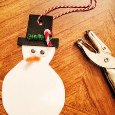 Chelsea Gon Blog : Handmade toddler friendly Christmas gifts.DIY handmade craft toddler friendly kid baby gift ideas for grandparents mom dad brother sister sibling aunt uncle Christmas idea easy cheap budget friendly snowman ornaments salt dough