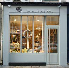 Les Petits Bla-Blas shopfront, vitrine, Une boutique d'un genre singulier, un petit paradis rétro où se mélangent et fourmillent, en un joyeux pêle-mêle coloré, mille et un trésors pour les enfants.