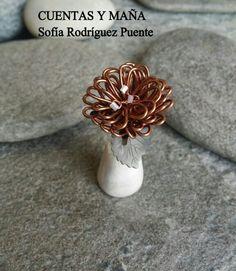 Flor en miniatura. . Aluminio y cuentas de cristal, sobre base de arcilla #cuentasymaña #handmade #wire #madewithlove #flowers