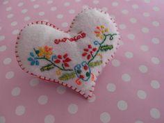 Loja de Pregadeiras, Pins e crachás * brooch lovers heart (based on portuguese handcraft)