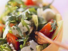 Salat mit Rucola, Brunnenkresse, Tomaten und Häschen aus Mozzarella - smarter - Zeit: 25 Min. | eatsmarter.de