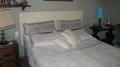 testata letto imbottita, cuscini e giro letto in tessuto coordinato