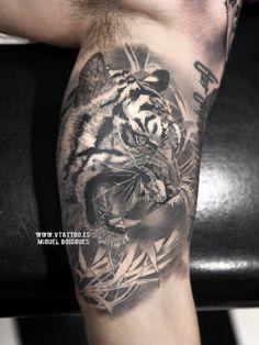 Tatuaje de estilo black and grey de un tigre, situado en el interior del brazo izquierdo.