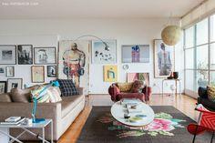 Para trazer mais vida e aconchego a ambientes tão espaçosos, o morador reaproveitou móveis de design e objetos que o acompanham há tempos.