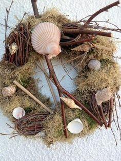Simple and stunning: http://www.1-2-do.com/de/projekt/Die-Schaetze-des-Meeres-auf-einem-alten-Weihnachtskranz/bastelanleitung/12786/