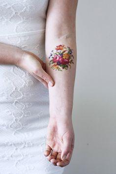 Me encanta el vintage inspirados tatuajes florales! Este tatuaje temporal se hace con una imagen vintage de un arreglo floral bastante.  ................................................................................................................  LO QUE SE OBTIENE:  Este listado es para un tatuaje temporal de alta calidad de un arreglo floral vintage. Tattoorary ofrece tatuajes temporales de alta calidad que durarán dos días hasta una semana. Instrucciones de aplicación se incluyen en el…