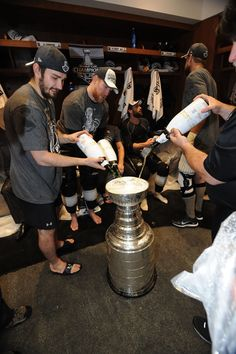 Filling the cup with champagne King Cup, Kings Hockey, Los Angeles Kings, Hockey Players, Champs, Nhl, Champagne, Sports, Hs Sports
