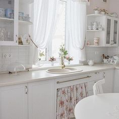 33 Gorgeous Romantic Kitchen Decoration Ideas - Are you trying to convey a romantic theme within your home? This isn't such a bad idea as there are a lot of furniture and fixtures you can choose fro. Decor, Home Decor Kitchen, Beautiful Kitchens, Chic Kitchen, Vintage Kitchen, Kitchen Decor, Home Decor, Romantic Kitchen, Shabby Chic Kitchen