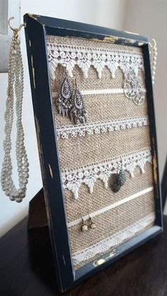 Ein alter Bilderrahmen kann als Schmuckorganisator wiederverwendet werden, den m… An old picture frame can be reused as a jewelry organizer that you can imagine. Picture Frame Crafts, Old Picture Frames, Picture Frame Decorating Ideas, Picture Craft, Picture Frame Display, Painted Picture Frames, Old Frames, Decor Ideas, Jewellery Storage