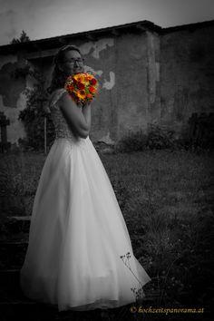 Ausarbeitungsvariation von Hochzeitsfotos One Shoulder Wedding Dress, Wedding Dresses, Fashion, Newlyweds, Round Round, Pictures, Bride Dresses, Moda, Bridal Gowns