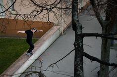 """Cette semaine, c'est la photo d'Antoine Ravel qui a été sélectionnée par le jury de PLAY Skateshop pour sa prise de vue aérienne parfaitement cadrée, la précision du backside nosegrind et l'ambiance urbaine du spot agréable à mater. Interview """"Peux-tu nous dire d'où tu viens et depuis combien de temps tu skates? J'ai grandi a St-é, mais j'ai des origines anglaises et je fête cette année mes 13 ans de skateboard. Qui est le photographe? L'angle de vue est super, la photo a été prise d'un…"""