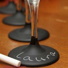 Wat een leuk idee! Krijtbord-verf op het wijnvoetje en alle gasten herkennen zijn/haar eigen glas.