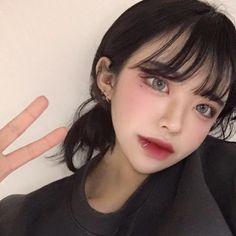 """줌니(20) on Instagram: """"퇴근하고 집오자마자 머리묶고 앉아서 샌드위치 두개 먹었는데 너무행복"""" Ulzzang Korean Girl, Cute Korean Girl, Uzzlang Girl, Girl Face, Medium Hair Styles, Short Hair Styles, Natural Summer Makeup, Girls Makeup, Aesthetic Girl"""