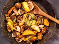 Bratkartoffeln mit Champignons Krispe Kartoffelnecken und herrlich frische Champignons mit Rosmarinaroma. http://einfach-schnell-gesund-kochen.de/bratkartoffeln-mit-champignons/