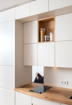 Find modern kitchen designs: open shelves and a certain perspective. Discover the most beautiful pictures to inspire you to design your dream home. Kitchen Room Design, Kitchen Dinning, Modern Kitchen Design, Interior Design Kitchen, Kitchen Decor, Interior Decorating, Interior Minimalista, Built In Furniture, Minimalist Kitchen
