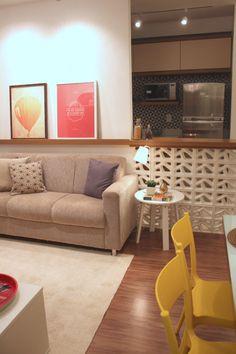 Sala de estar integrada com a cozinha. O charme fica por conta da bancada e dos quadrinhos ♥ Home Interior Design, Interior Architecture, Interior Decorating, Living Room Tv, Home And Living, Kitchen Living, Decoration, Sweet Home, House Design