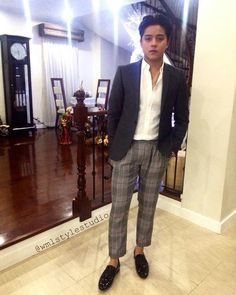 Here is the handsome Daniel Padilla dressed in a grey business suit with a white dress shirt and black shoes at his home in Quezon City while getting ready for the 2016 Push Awards at the ABS-CBN Compound last October 19, 2016. Indeed, Daniel is another of my favourite Kapamilyas and Star Magic talents. #DanielPadilla #PushAwards2016 Daniel Johns, Daniel Padilla, John Ford, Star Magic, Attractive Guys, Philippines, Black Shoes, Sexy Men, Fashion Models