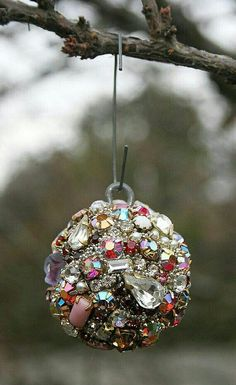 Tips to renew your Christmas spheres - Tips to renew your Christmas spheres - Jewelry Christmas Tree, Jewelry Tree, Cute Jewelry, Diy Jewelry, Jewelry Wall, Jewelry Ideas, Costume Jewelry Crafts, Vintage Jewelry Crafts, Costume Necklaces