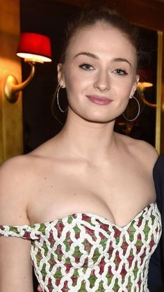 "Sophie Turner ""Sansa Stark"" Game of thrones HD Wallpapers 2019 Beautiful Celebrities, Beautiful Actresses, Beautiful Women, Beautiful Smile, British Actresses, Hollywood Actresses, Sophia Turner, Sophie Turner Age, Maisie Williams Sophie Turner"