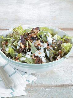 Πράσινη σαλάτα με καραμελωμένα καρύδια και σάλτσα μπλε τυριού - www.olivemagazine.gr Salad Bar, Soup And Salad, Rustic Kitchen, Salad Dressing, Soul Food, Food Art, Natural Health, Acai Bowl, Potato Salad