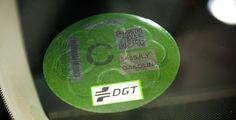 La DGT ha clasificado la totalidad del parque de vehículos en virtud de su potencial contaminante y enviará etiquetas adhesivas de colocación voluntaria.
