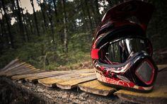 Descargar Fondos de pantalla Recortar casco de motocross HD --> Imagen Recortada a :800x600 o elige tu Resolución de pantalla