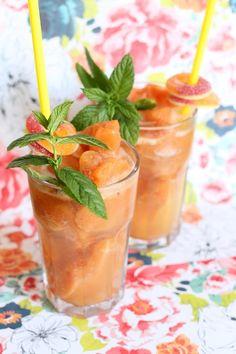 Iced Peach Lemonade: Selbstgemachte Limonade aus dem Eisschrank ohne Zucker und mit frischen Pfirsichen. Die perfekte Erfrischung für den Sommer!