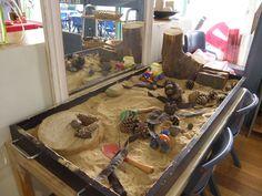 Mesa de arena con elementos naturales