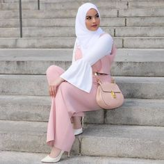 While it's pretty easy to stay covered and wear modest outfits in winters, Modern Hijab Fashion, Muslim Women Fashion, Hijab Fashion Inspiration, Islamic Fashion, Trendy Fashion, Pink Fashion, Modest Summer Fashion, Summer Fashion Trends, Summer Fashion Outfits