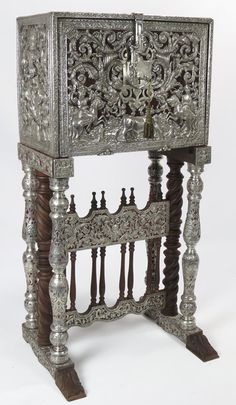 EXCEPTIONAL SPANISH COLONIAL SILVER-CLAD VARGUENO : Lot 80