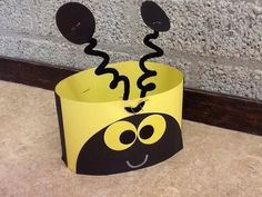 Bee Hats craft - great to welcome new Bees or at the beginning of the school year Insect Crafts, Bug Crafts, Camping Crafts, Bee Crafts For Kids, Crown Crafts, Headband Crafts, Bee Hat, Crown For Kids, Paper Crowns