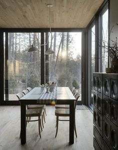 The interiors of this modern cottage in the woods of New York seem to be a continuation of the surroundings: the soft warm wall color, natural tones in ✌Pufikhomes - source of home inspiration Dining Room Windows, Floor To Ceiling Windows, Greenwich Village, Hollywood Hills, Jackson Hole, Country Living Decor, Dining Corner, Dining Table, Swedish Decor