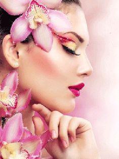 Красивая девушка с закрытыми глазами украшенная цветами и яркой помадой на губах