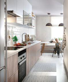 Ante una cocina estrecha, utilizar  colores claros, ayudará a que se amplíe visualmente el espacio - Leroy Merlin