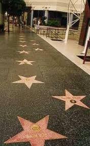 """Maak met je leerlingen zelf een walk of fame in de gang of in de klas! Laat de leerlingen een ster uitknippen waarop ze hun naam schrijven en deze dan versieren. Plastificeer de sterren en kleef ze op de grond als een echte """"walk of fame""""!"""