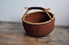 Well made baskets are such a delight. To hold a few books, fabric, or just onions and garlic Basket Bag, Onions, Garlic, Baskets, Bags, Home, Products, Objects, Handbags