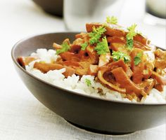 Korvstroganoff är en lättlagad och välsmakande korvgryta med bland annat falukorv, lök, grädde och tomatpuré som passar bra som vardagsmiddag. Servera korvstroganoffen med kokt ris.