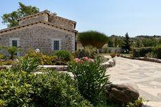 Képeken udvarok, kertek. Vidéki házak természetes környezetben öreg fák szomszédságában. Cottage Homes, Pergola, Sweet Home, Mansions, Country, House Styles, Modern, Home Decor, Rural House