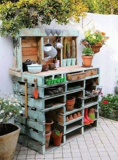 Inspiring potting bench ideas and potting bench plans so you can build your own potting table. DIY pallet potting bench & more! Old Pallets, Pallets Garden, Wooden Pallets, Pallet Gardening, Organic Gardening, Recycled Pallets, Gardening Tips, Pallet Wood, Painted Pallets