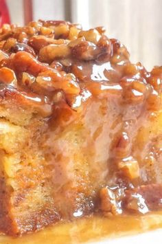 Pumpkin Praline Bread Pudding - this dish sounds so rich and comforting. A pumpkin bread pudding with a delicious rich praline sauce and lots of pumpkin pie spices! Pudding Desserts, Pudding Flavors, Köstliche Desserts, Dessert Recipes, Best Bread Pudding Recipe, Custard Bread Pudding, Mexican Bread Pudding, Dessert Bread, Breakfast Dessert